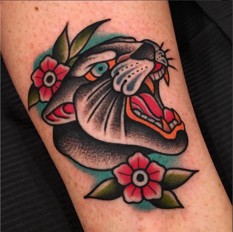 Tatuaggio pantera con bocca aperta, disegno tattoo colorato, tatuaggio sulla gamba