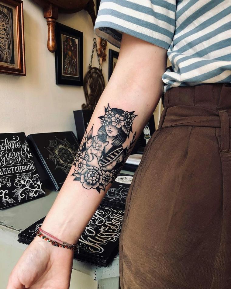 Tatuaggi tradizionali, disegno ragazza con fiori, tattoo sull'avambraccio ragazza
