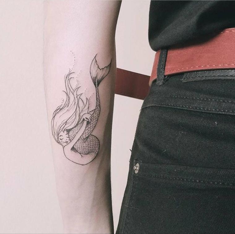 Tattoo old school uomo, disegno di una sirena, tatuaggio sul braccio