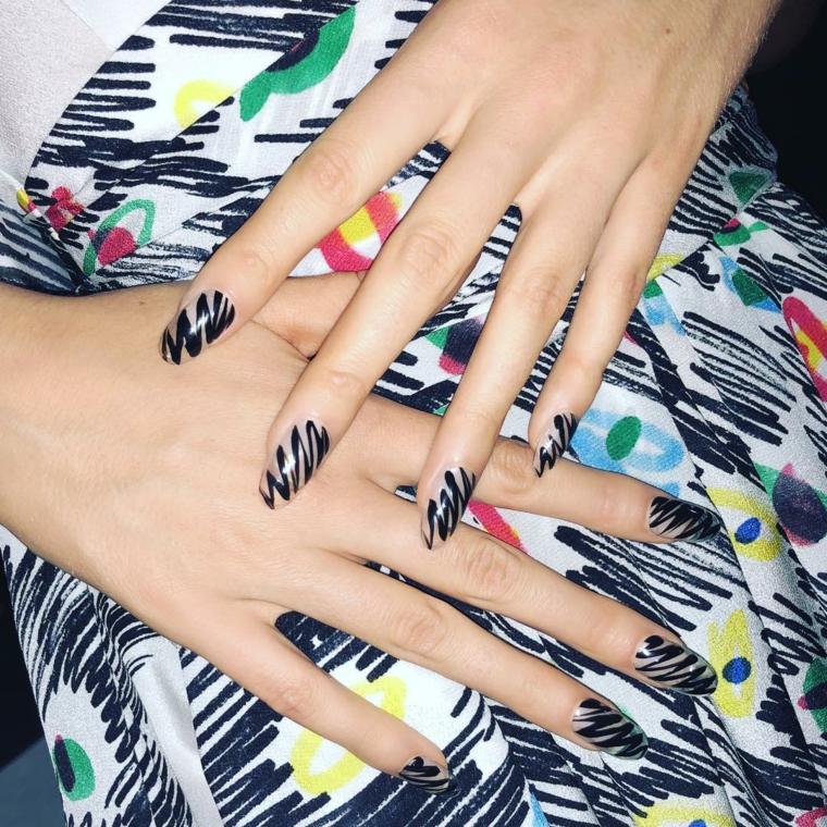 Nail art disegno zigzag, unghie estive, manicure forma a mandorla, gonna lunga colorata