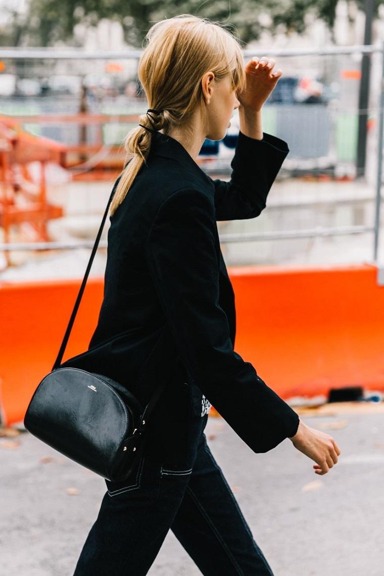 Pettinature semplici, donna con capelli biondi, acconciatura coda legata, borsa tracolla nera