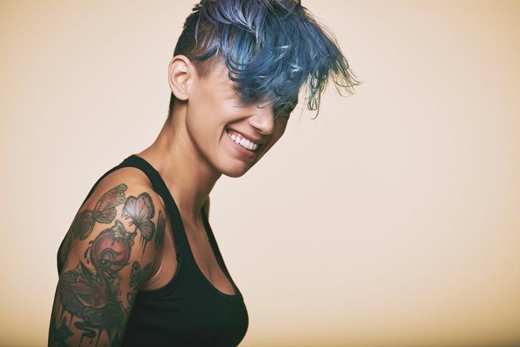 Tattoo old school braccio, donna con capelli blu, braccio donna tatuato