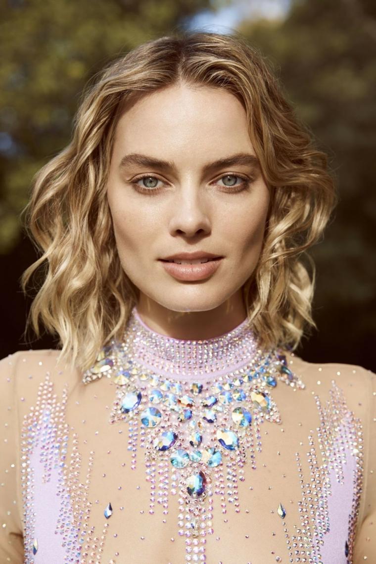 Tagli capelli corti, donna con capelli ricci, acconciatura con riga centrale, abito con diamanti