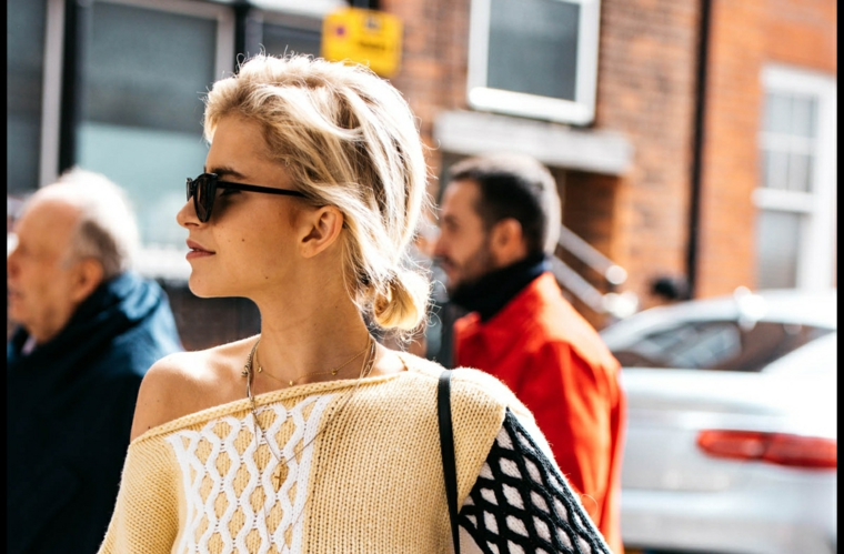 Tagli capelli 2019 medi, acconciatura con coda, donna con capelli biondi, maglione di lana