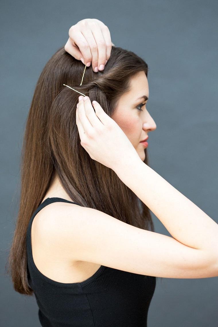 Acconciature facili da fare da soli, forcine di metallo, ciocca di capelli arrotolati