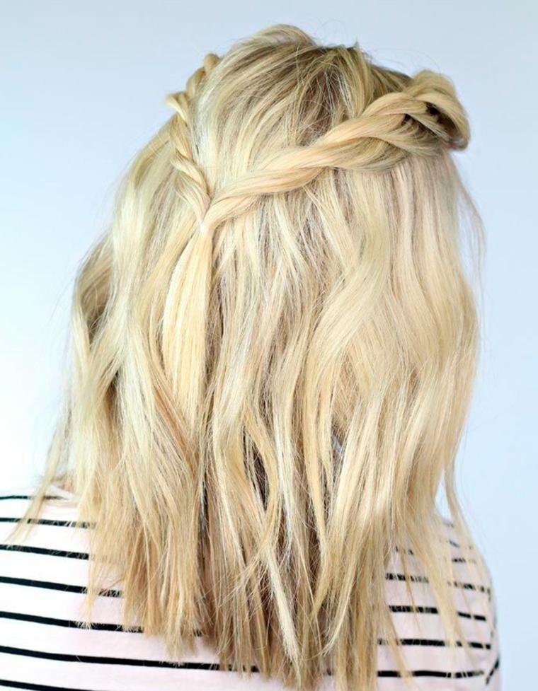 Trecce capelli tutorial, donna con capelli biondi, due trecce laterali legate