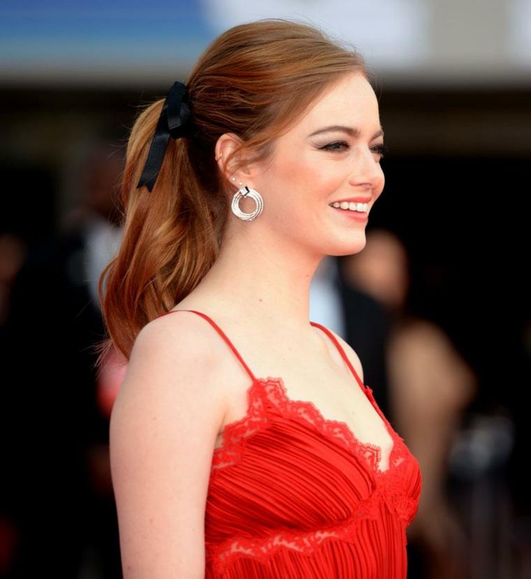Acconciature capelli lunghi lisci, colore capelli rosso, abito elegante in pizzo, coda legata con nastro