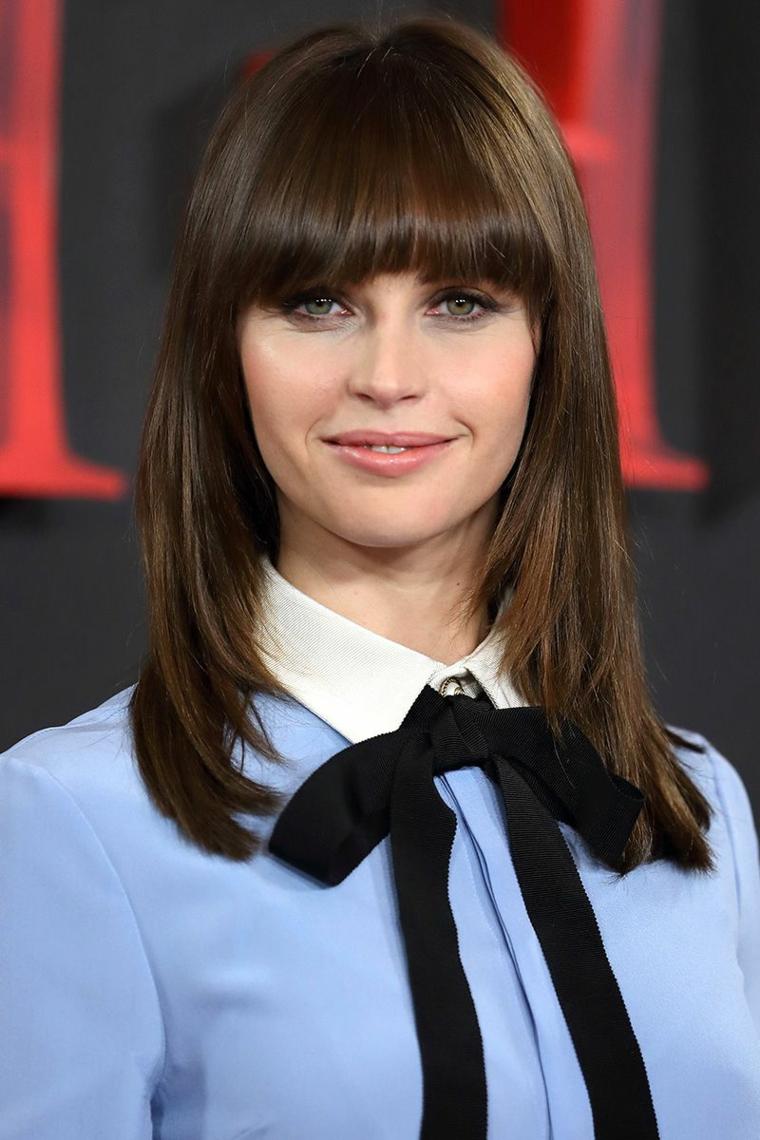 L'attrice Felicity Jones, tagli capelli lunghi, taglio con frangia, capelli di colore castano cioccolato