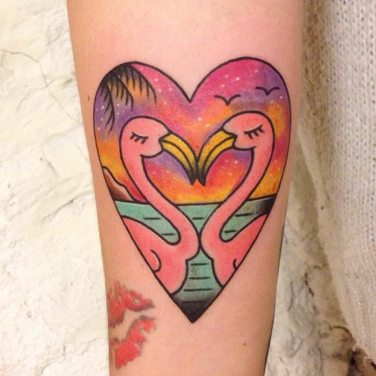 Disegno fenicotteri rosa, disegno di un cuore, tattoo braccio donna