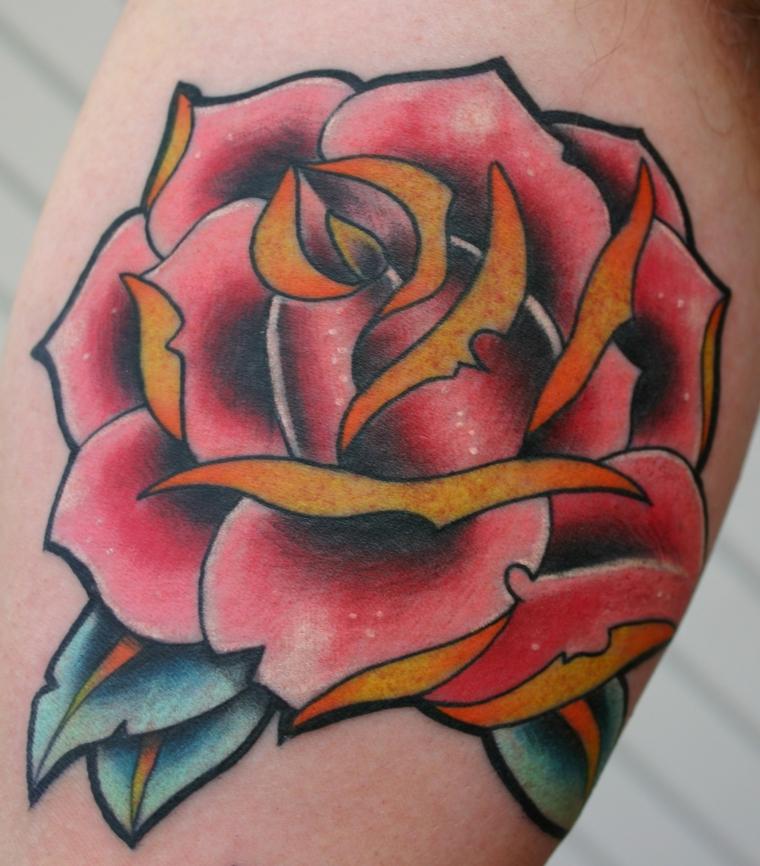 Tatuaggio rosa rossa, tatto fiore colorato, tattoo old school uomo