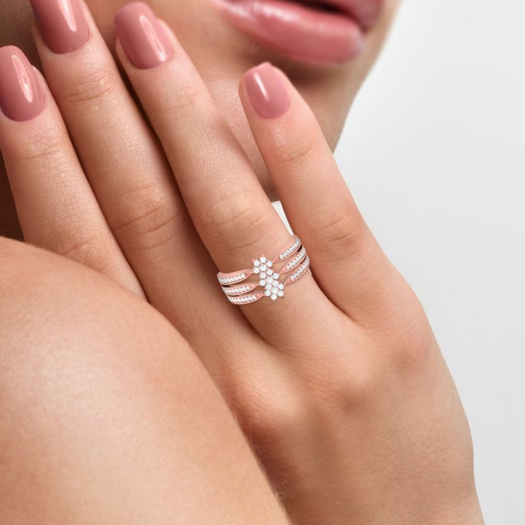 Anello donna con brillantini, smalto colore rosa, forma unghie squadrate, unghie estive