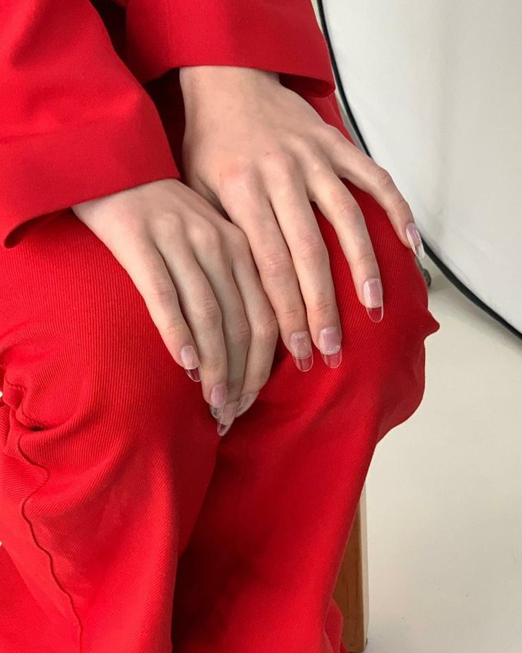 Colate estive, allungamento unghie trasparente, donna con abiti rossi, manicure forma a mandorla