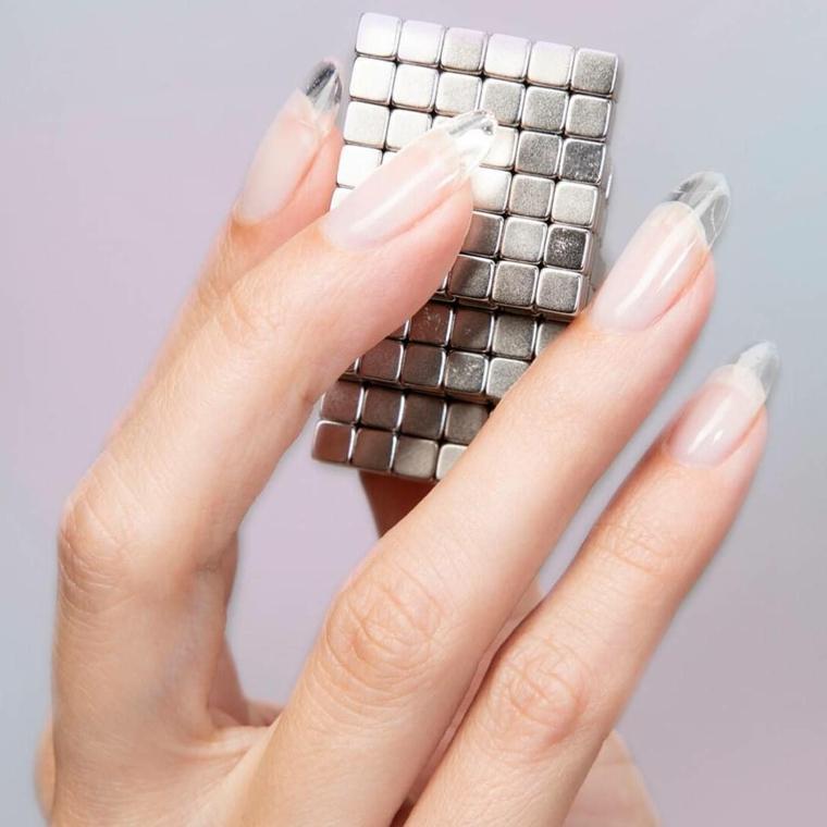 Colori estivi unghie, french manicure, cubi di argento, manicure forma a mandorla