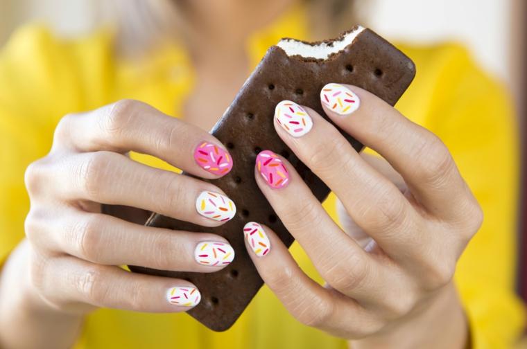Gelato con wafer, unghie corte a mandorla, immagini di unghie con gel, disegni sulle unghie