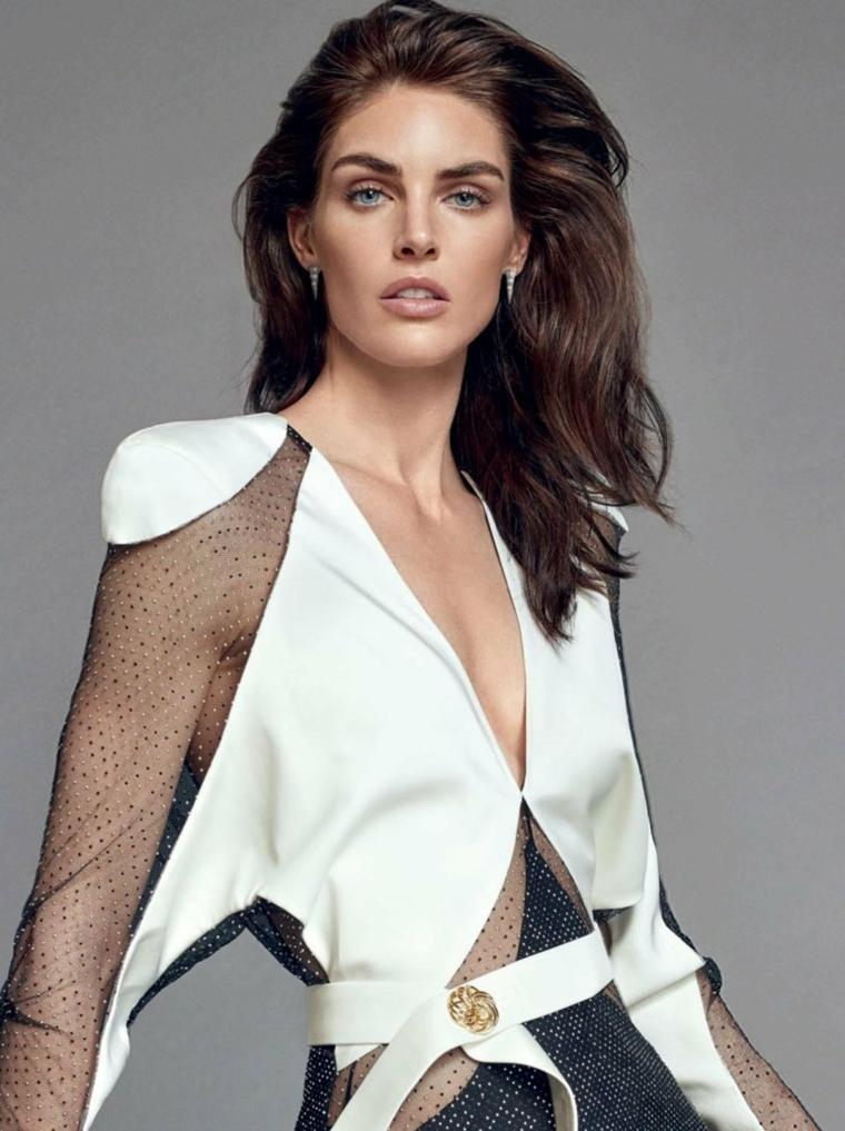 Capelli mossi medi, donna con capelli castani, abito bianco e pizzo nero, cintura con bottone
