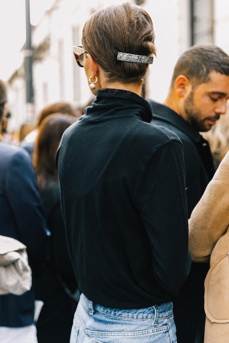 Acconciature facili da fare da soli, capelli corti castani, pettinatura legata con fermaglio