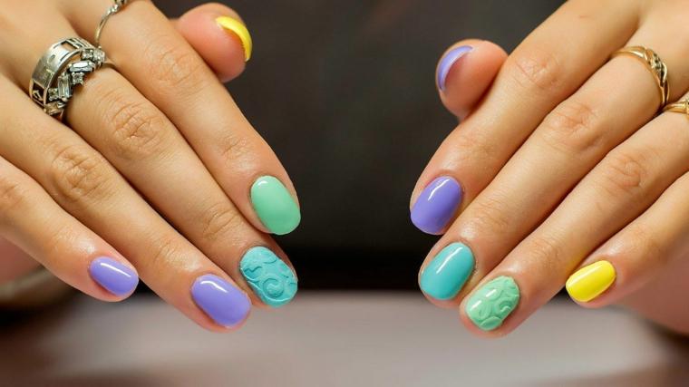 Unghie estive, manicure forma arrotondata, accent nail tridimensionale