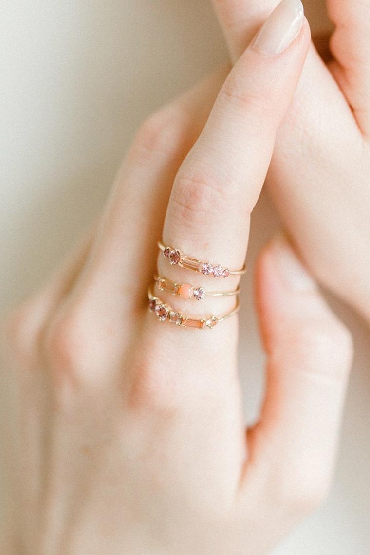 Smalto colore rosa chiaro, anelli in oro, unghie gel semplici, manicure forma arrotondata