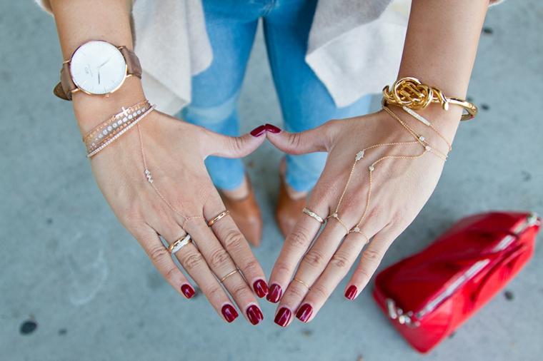 Unghie bellissime, smalto di colore rosso, donna con accessori sulle mani, manicure forma squadrata
