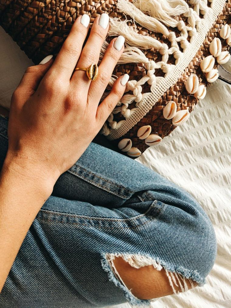 Borsa da spiaggia con conchiglie, smalto colore bianco, unghie gel semplici, jeans donna strappati