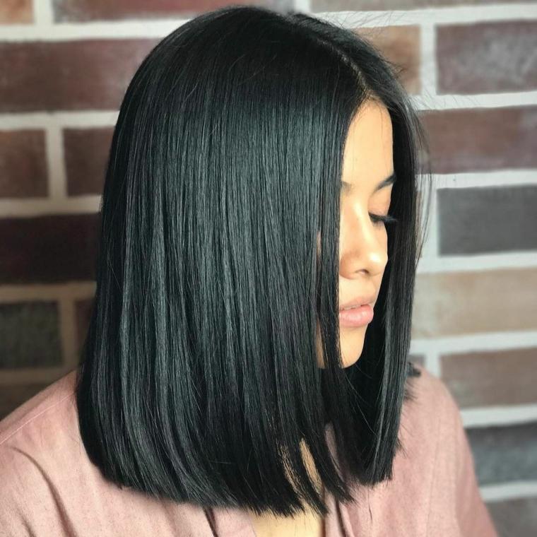 Acconciatura capelli lisci neri, pettinatura con riga centrale, donna con viso di profilo