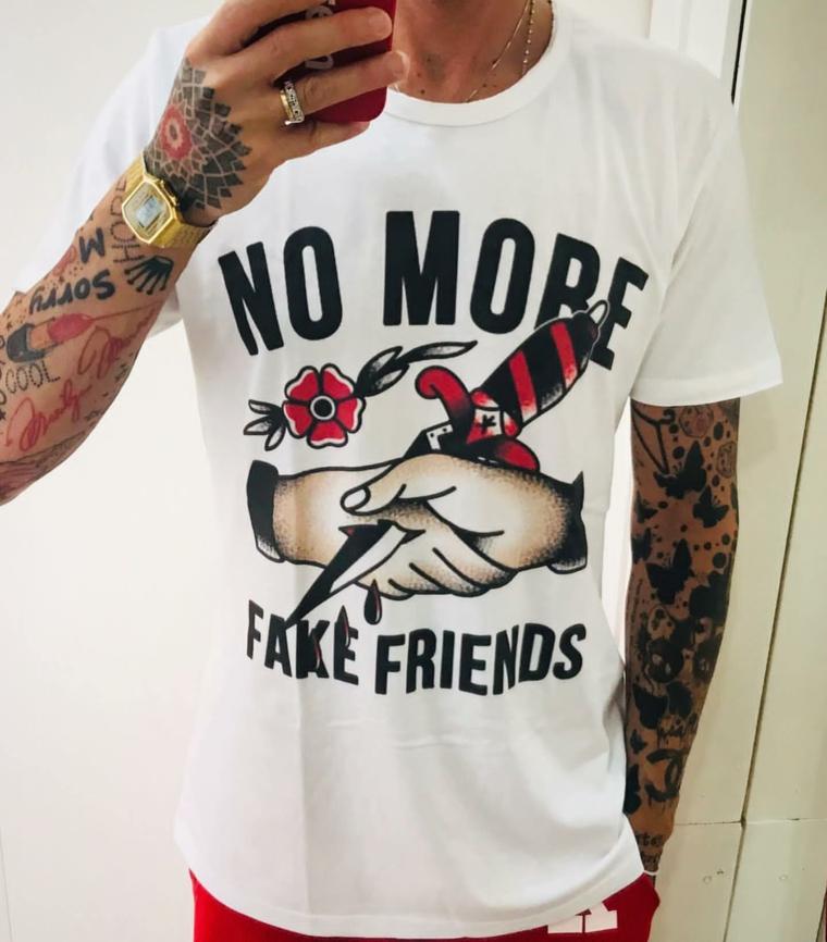 Tattoo old school uomo, tatuaggi sul braccio uomo, maglietta con disegno tradizionale