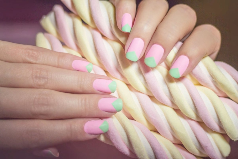 Marshemllow colorati, unghie gel particolari, forma unghie squadrata, mani di una donna
