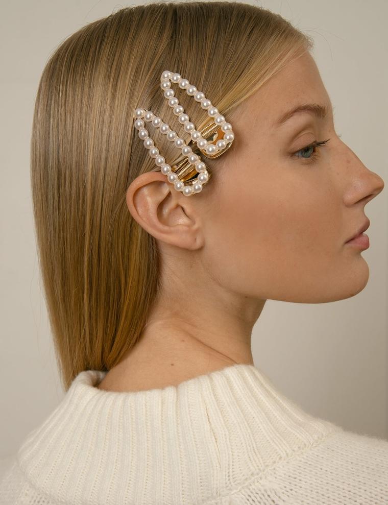 Mollette con perle, capelli biondi lisci, donna con viso di profilo, capelli medi lisci