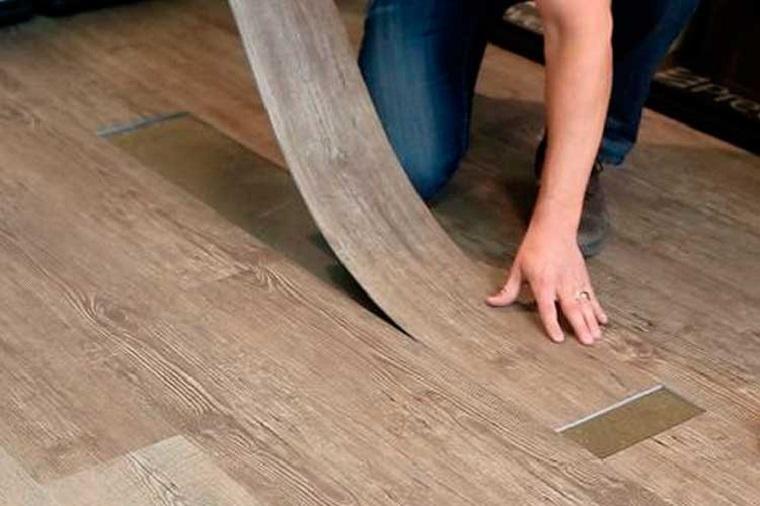 Posatura lastre di vinile, pavimento vinilico, lastre di colore marrone