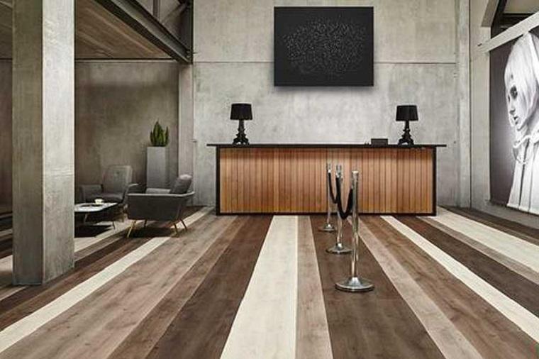 Pavimento vinilico, soggiorno con set di mobili, tavolino con poltrone