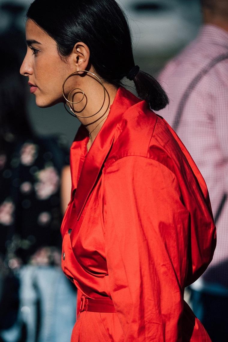 Acconciature facili, taglio caschetto donna, colore capelli neri, abito rosso oversize