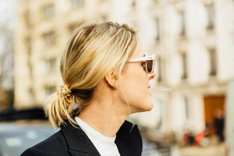 Come legare i capelli, donna con capelli biondi, coda fatta con elastico, occhiali da soli bianchi