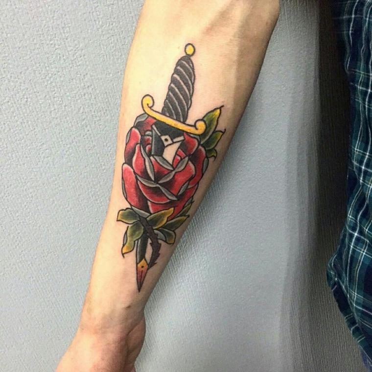 Tattoo old school uomo, tatuaggio sul braccio uomo, coltello che affliggere una rosa