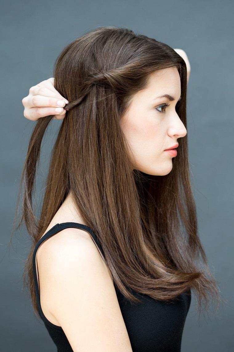 Donna con capelli castani, ciocca di capelli arrotolata, acconciature facili e veloci