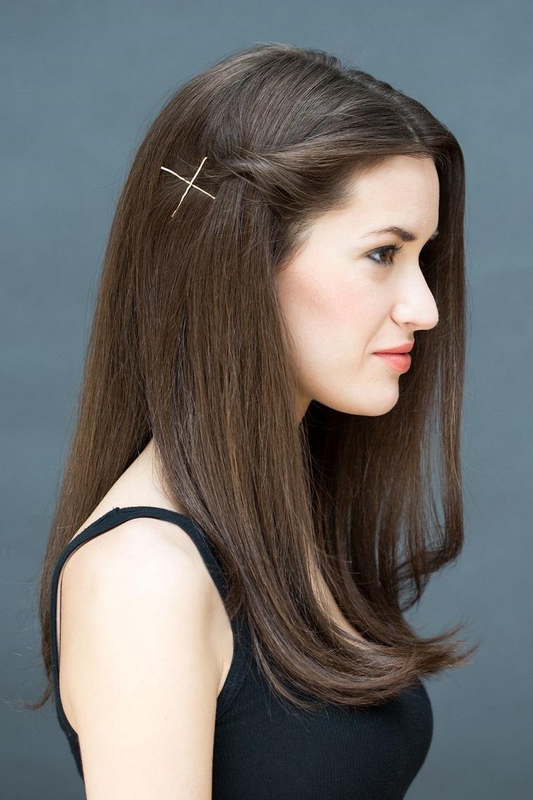 Acconciature capelli lunghi lisci, pettinature con forcine, ciocca arrotolata di lato