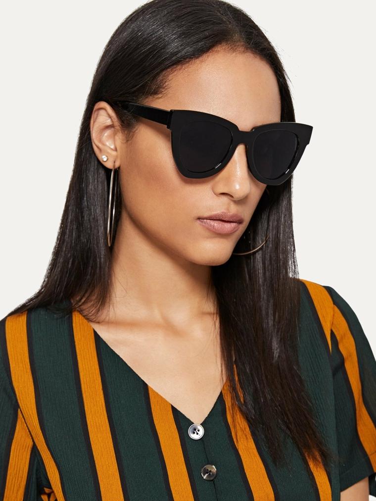 Capelli neri lisci, acconciatura riga centrale, occhiali da sole neri, camicia bicolore