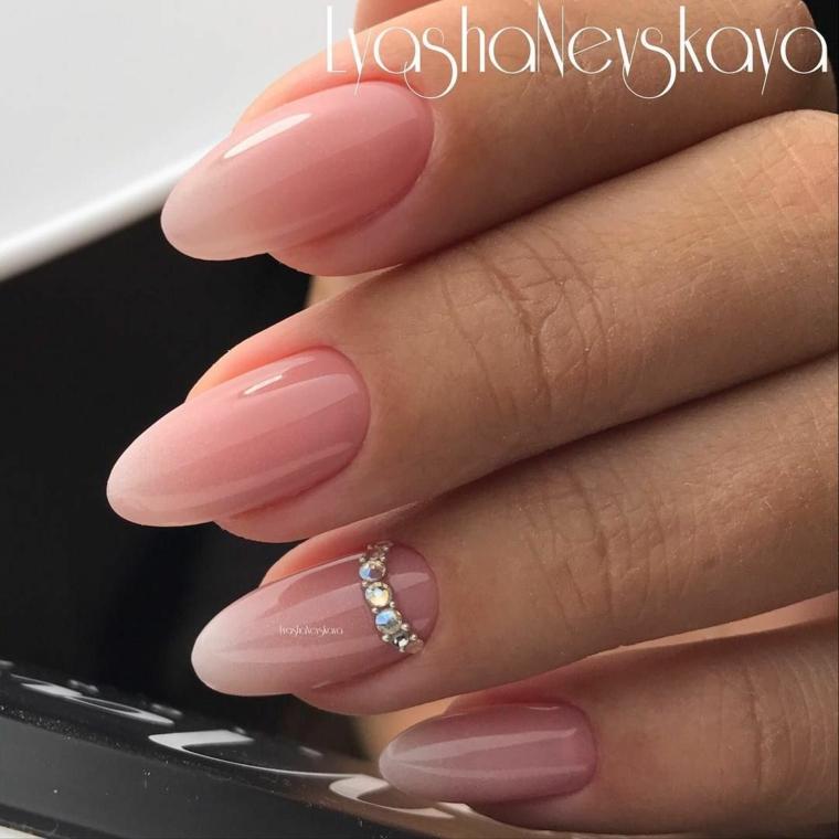 Unghie colore rosa, unghie estive, accent nail con brillantini, unghie a mandorla