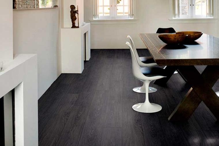Sala da pranzo con tavolo di legno, pavimento in vinile, pavimentazione colore nero