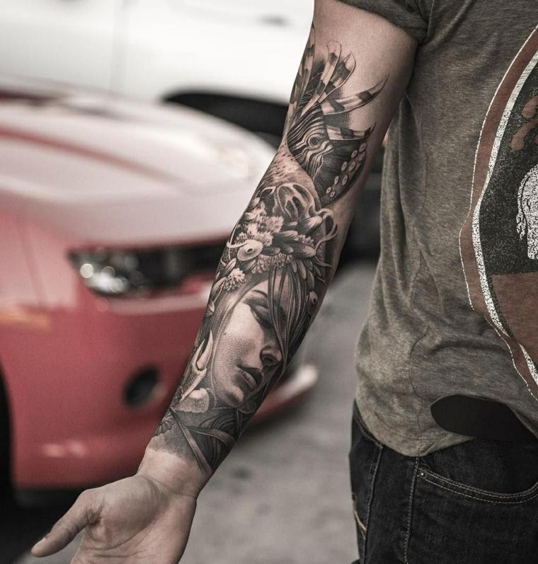 Tattoo old school braccio, uomo con il braccio tatuato, disegno donna e fiori