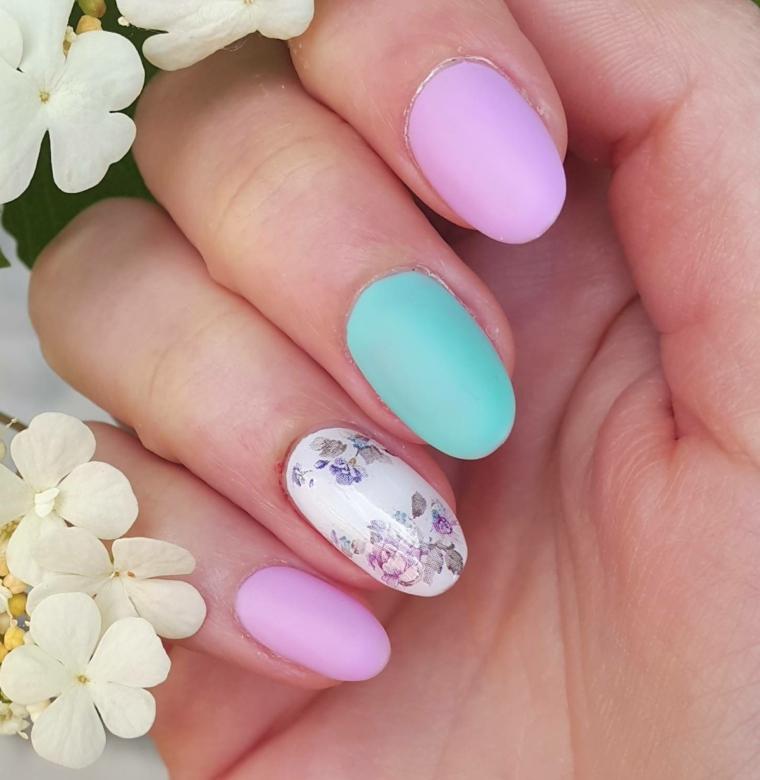 Unghie gel semplici, smalto di colore azzurro mat, disegni di fiori, accent nail floreale