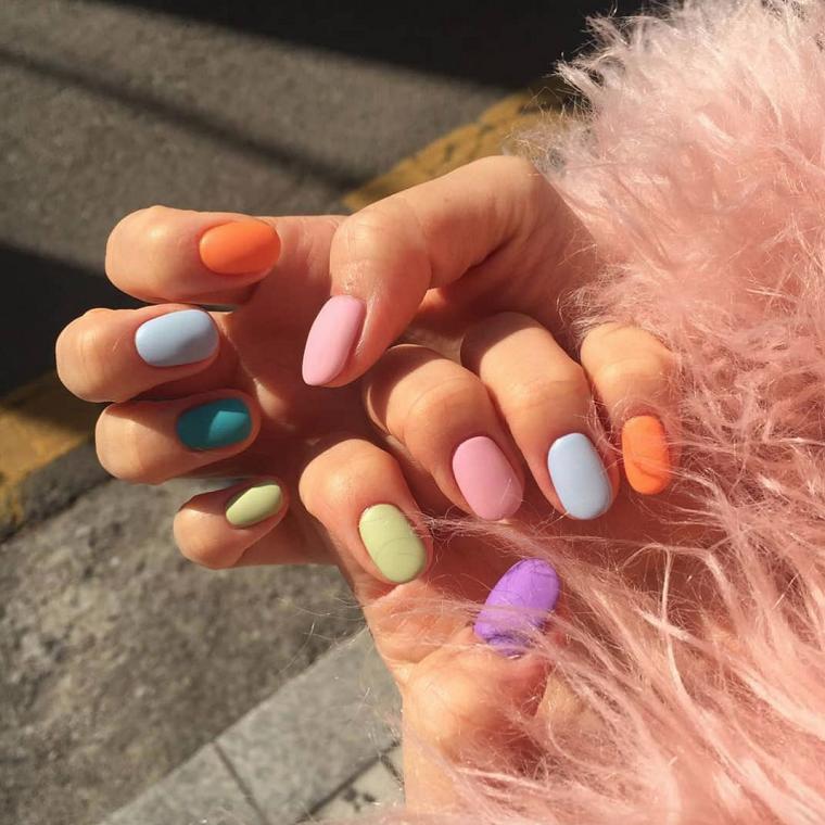 Unghie con smalto mat, unghie colorate diverse, mani di una donna, unghie forma arrotondata