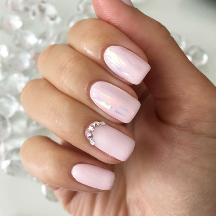 Smalto rosa mat, accent nail con brillantini, forme unghie gel, mano di una donna
