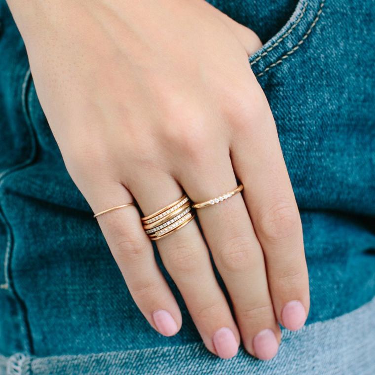 Smalto estivo rosa, anelli in oro, forme unghie gel, unghie corte arrotondate
