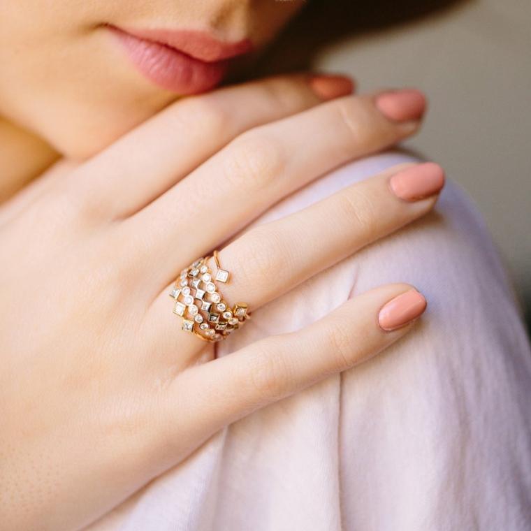 Unghie color pastello, smalto di colore rosa, manicure corta a mandorla, anello con brillantini