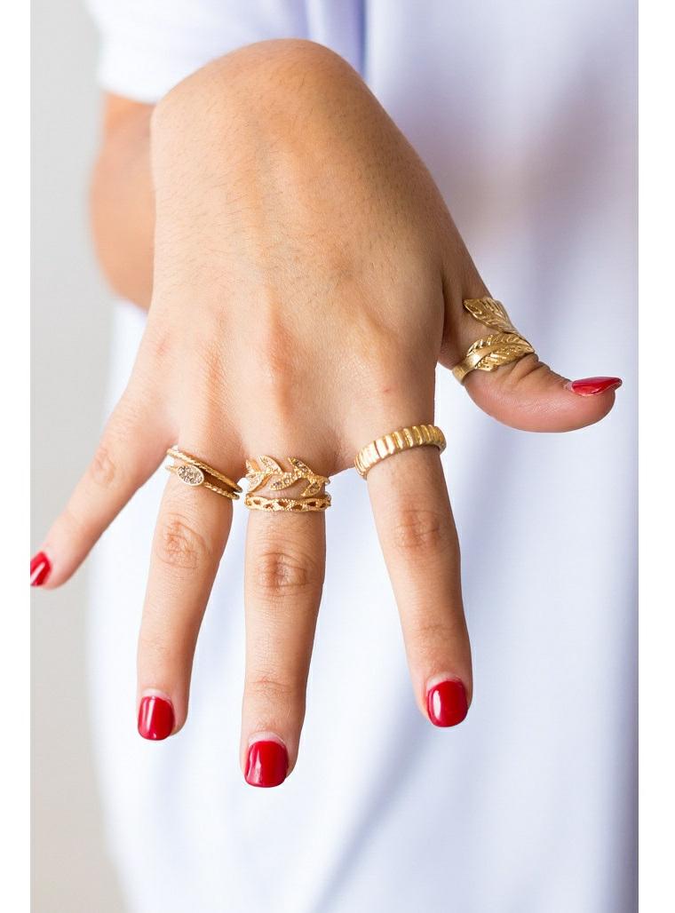 Immagini di unghie con gel, smalto gel colore rosso, anelli in oro, mano di una donna