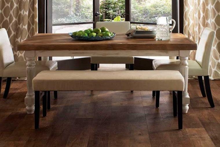 Tavolo di legno con panchina, soggiorno con pavimento in legno