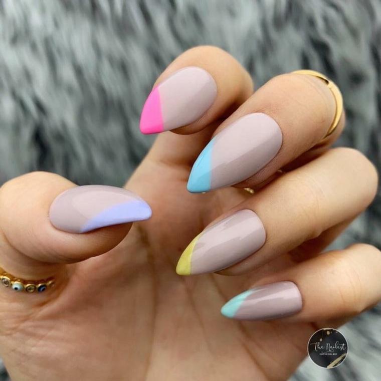 Stiletto con gel, unghie gel particolari, smalto bicolore pastello, anello con pietre