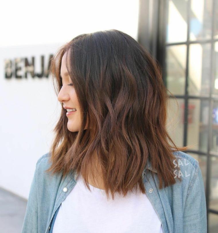Colore capelli castano cioccolato, capelli mossi medi, acconciatura con riga centrale