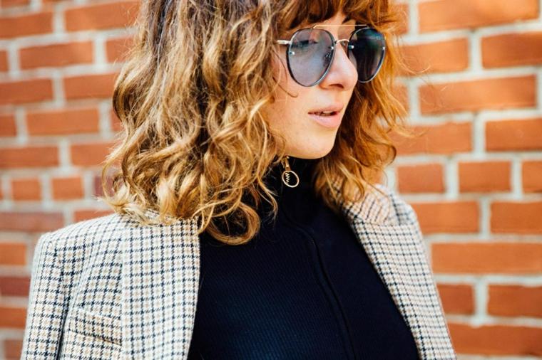 Capelli scalati, donna con capelli mossi, occhiali da sole, capelli castano ombrè