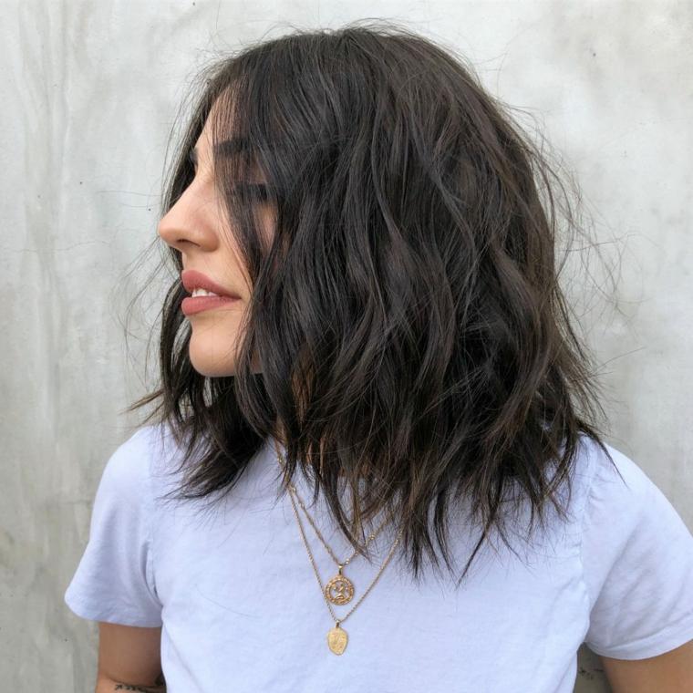 Capelli scalati, donna con capelli neri, acconciatura capelli mossi